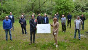 Forstministerin Julia Klöckner überreichte die Förderbescheide an die Ortsbürgermeiter der VG Langenlonsheim-Stromberg – stellvertretend an Bürgermeister Michael Cyfka.